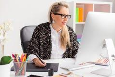 Artista del ordenador que usa la tableta de gráficos mientras que trabaja con el ordenador Imagen de archivo