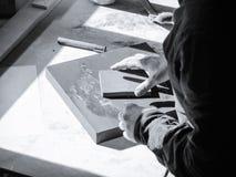Artista del pintor que trabaja en una lona del aceite Fotografía de archivo