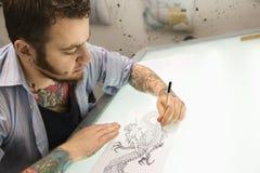 Artista del tatuaggio. immagine stock