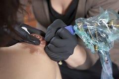 Artista del tatuaggio Fotografia Stock Libera da Diritti