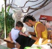Artista del tatuaggio dei bambini immagine stock