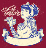 Artista del tatuaje de la muchacha con la bandera stock de ilustración