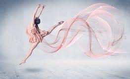 Artista di prestazione di balletto di dancing con il turbinio astratto fotografia stock libera da diritti