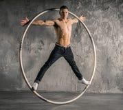Artista do circo na roda do aCyr Imagem de Stock