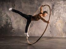 Artista do circo na roda do aCyr Imagem de Stock Royalty Free