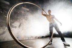 Artista do circo na roda do aCyr Imagens de Stock Royalty Free