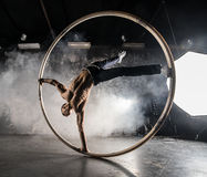 Artista do circo na roda do aCyr Fotos de Stock Royalty Free