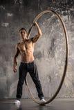 Artista do circo na roda do aCyr com músculos fortes Foto de Stock Royalty Free