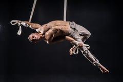 Artista do circo no homem aéreo das correias Fotos de Stock Royalty Free