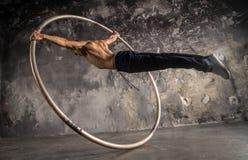 Artista do circo no superman da roda do aCyr Imagem de Stock Royalty Free