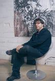 Artista do pintor que levanta na frente da arte finala moderna Foto de Stock Royalty Free