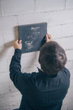 Artista do pintor que pendura acima da arte finala moderna terminada Fotos de Stock Royalty Free