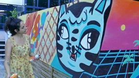 Artista dos grafittis da arte da rua na ação vídeos de arquivo