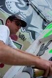 Artista dos grafittis no trabalho na pintura mural Imagens de Stock Royalty Free