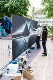 Artista dos grafittis que pulveriza a parede Imagem de Stock