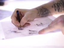 Artista Drawing Up Ideas da tatuagem Imagens de Stock