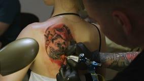 Artista Draws Picture da tatuagem do close up do movimento lento na omoplata da menina vídeos de arquivo