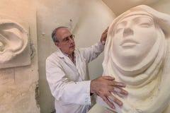 Artista en el estudio del arte en el trabajo sobre escultura stock de ilustración