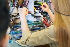 Artista fêmea Shaping Glass imagens de stock royalty free