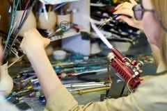 Artista fêmea Working com vidro foto de stock royalty free