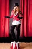 Artista femminile attraente del circo con una frusta Fotografie Stock