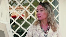 Artista femminile che dipinge una vista sul mare all'aperto video d archivio