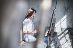 Artista femminile in studio che dipinge illuminazione naturale Immagine Stock Libera da Diritti
