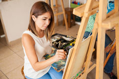 Artista femminile sveglio che fa una certa pittura Fotografia Stock Libera da Diritti