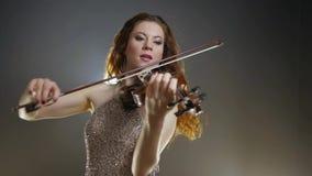 Artista filarmónico, musical que juega en viola en la iluminación del proyector almacen de video