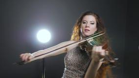 Artista filarmonico e musicale che giocano sullo strumento a corda e capelli di scosse video d archivio
