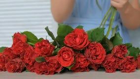 Artista floral profesional que trabaja con las flores en el estudio almacen de metraje de vídeo