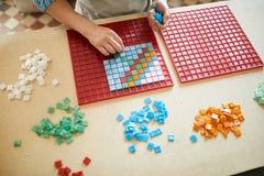 Artista irreconhecível Making Mosaic Pattern imagens de stock