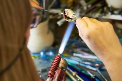 Artista irreconhecível Shaping Glass na chama fotos de stock royalty free