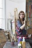Artista joven Painting In Art Studio Foto de archivo
