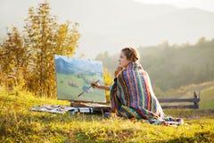 Artista joven que pinta un paisaje imágenes de archivo libres de regalías
