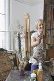 Artista maduro Painting In Art Studio Imagen de archivo