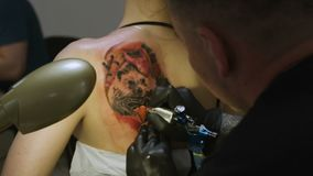 Artista Makes Animal Picture del tatuaje del primer en el omóplato de la muchacha
