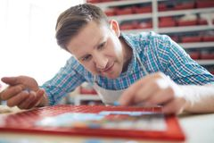 Artista Making Mosaic Pattern foto de stock royalty free