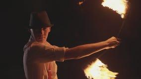 Artista maschio che esegue manifestazione del fuoco al buio al rallentatore stock footage