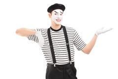 Artista maschio del mimo che gesturing con la mano Fotografie Stock