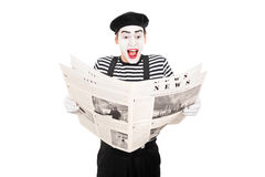 Artista maschio del mimo che legge le notizie Fotografie Stock Libere da Diritti