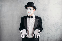 Artista maschio divertente del mimo con trucco immagine stock