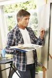 Artista maschio Working On Painting in studio Fotografie Stock Libere da Diritti