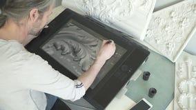 Artista masculino maduro que tira o modelo 3d do molde com ornamento florais video estoque