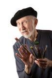 Artista mayor con la boina y los cepillos fotos de archivo