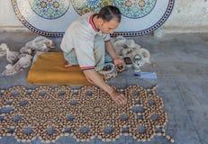Artista mozaic marocchino sul lavoro fotografia stock