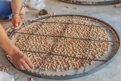 Artista mozaic marocchino sul lavoro fotografia stock libera da diritti