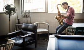 Artista musical Playing Saxophone Concept del Jazzman fotografía de archivo libre de regalías