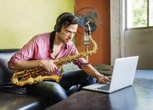 Artista musical Playing Saxophone Concept do Jazzman foto de stock