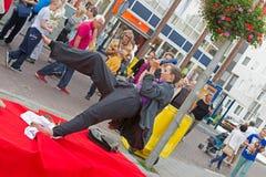 Artista no terno de negócio com o telefone durante as estátuas de vida dos campeonatos mundiais em Arnhem Fotos de Stock Royalty Free